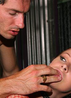 Рабыня в клетке ублажает своего хозяина - фото #