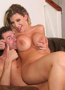 Пышногрудая девушка развлекается с партнером - фото #