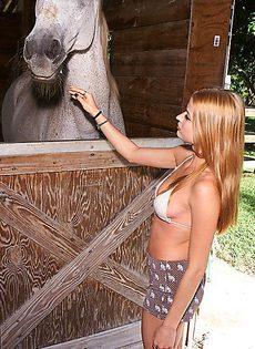 Такой желанный секс в конюшне для шалуньи - фото #