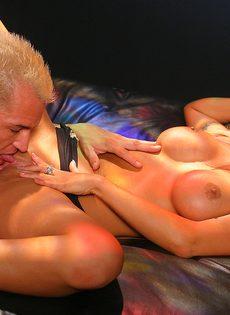 Красотка довела себя до оргазма на копье чувака - фото #
