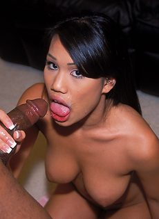 Стройная сисястая азиатка и дня не может прожить без секса - фото #