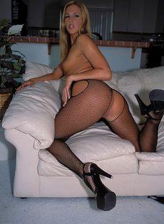 Стройная блондиночка любит кататься на черных членах - фото #
