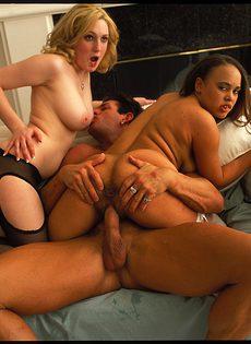 Огромный мужик трахает двух любительниц секса - фото #