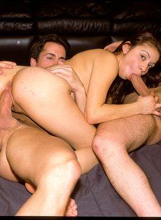 Молодая красавица обожает когда ее трахают вдвоем - фото #