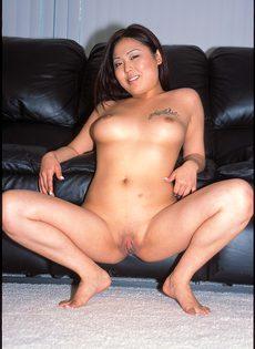 Пухленькая азиаточка обожает сосать огромные члены - фото #