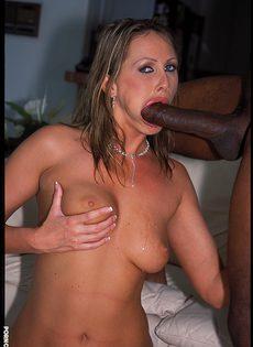Сексуальная белокуря сучка обожает сосать огромные члены - фото #
