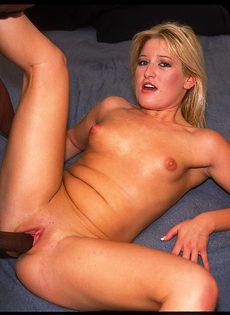 Блондинка трахается с негром и отсасывает его огромный черный член - фото #