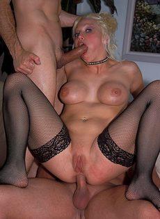 Горячая блондинка в коже не может отказаться от траха с двумя мужиками - фото #
