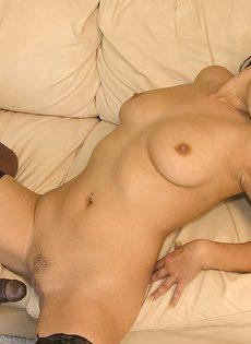 Сексуальная брюнетка отдает свой анал в полное распоряжение обладателю огромного члена - фото #
