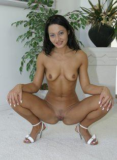Красавицу с бритой киской залили спермой с ног до головы - фото #