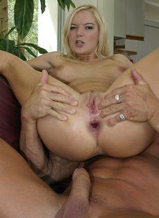 Блондинку поимел в анал накачанный здоровяк с огромным членом - фото #