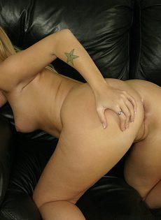 Проститутка трахается с клиентом на черном кожаном диване - фото #