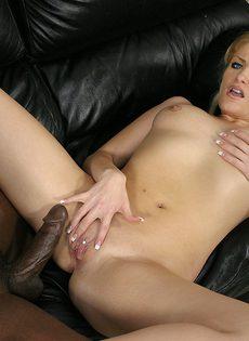 Негр уговорил на секс блондинистую телку и разработал членом её дырки - фото #