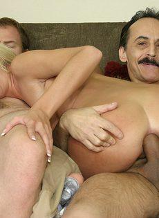 Блондинку трахают сразу в два члена, заставляя её сосать и пробовать сперму - фото #