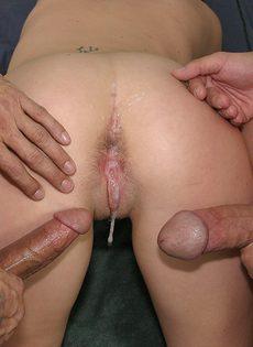 Сучка делает минет сразу двум парням, сжимая их тугие яйца - фото #