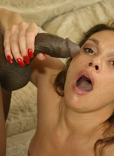 Женщина показала негру большие сиськи и попросила трахнуть ее - фото #