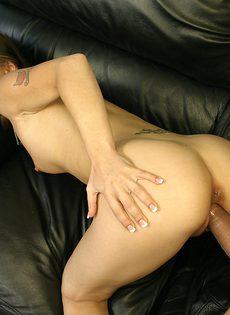 Девушка задрала юбку и показала другу бритую щелку, намекая на секс - фото #