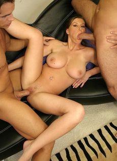 Брюнетка дала себя оттрахать сразу двум мужикам - фото #