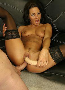 Знойная брюнетка Сандра любит помогать себе во время секса - фото #