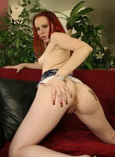 Рыжая проститутка отсасывает на коленях член очередного клиента - фото #