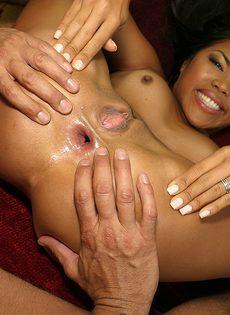 Парень шлепает мулатку во время секса по круглой упругой попке - фото #