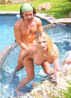 Пара свингеров смачно трахается в бассейне, не стесняясь прохожих - фото #