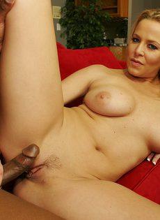 Давалка высунула язык и ждет, пока негр выстрелит в неё горячей спермой - фото #