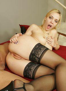 Проститутка трахается с клиентом в черных чулках, не снимая длинных каблуков - фото #
