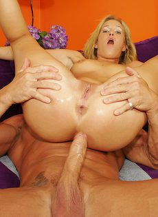 Любовница тайком берет в рот чужой член и дрочит свою пилотку - фото #