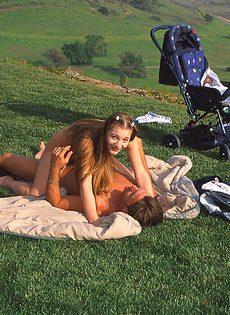 Телка так сильно захотела трахаться, что раздвинула ноги на природе в публичном месте - фото #