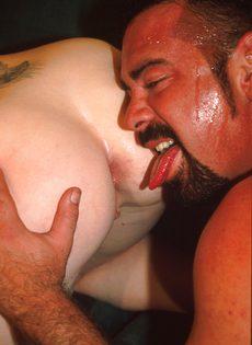 Потный зрелый мужик трахает как сумасшедший худую шлюшку - фото #