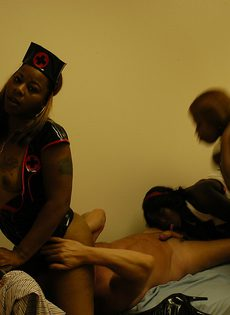 Три молодые негритянки трутся пилотками о член парня - фото #