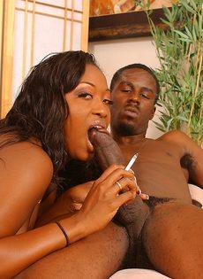 Негр обкончал сиськи своей любовницы и растер сперму членом - фото #