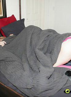 Молодая телка разбудила парня минетом, забравшись к нему под одеяло - фото #