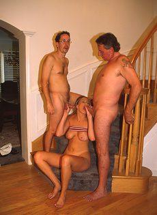 Зрелый мужик с другом развели на секс стройную соседку - фото #