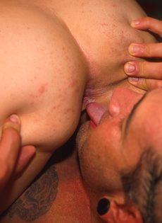 Темноволосая телка кайфует, когда посасывает и подрачивает член парня - фото #