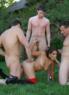 Старая проститутка берет в рот сразу три толстых залупы - фото #