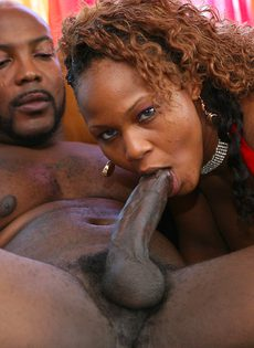 Зрелая негритянка удовлетворяет любовника своей пилоткой - фото #