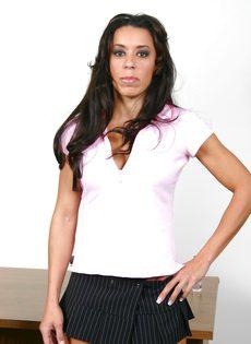 Секретарша задрала юбку и оседлала член начальника на рабочем столе - фото #