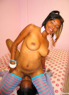 Две мулатки в эротичных тряпочках ласкают языками клиторы друг друга - фото #