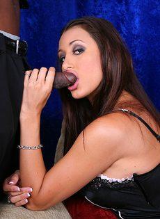 Брюнетка в короткой юбке взяла за щеку большой черный ствол - фото #