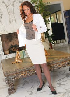 Секретарша скинула одежду и показала узкие трусики и лифчик - фото #