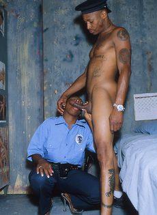 Американская шлюшка надела костюм охранника и этим видом соблазнила бывалого мужика - фото #