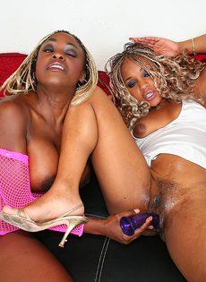 Мулатки-лесбиянки ласкают друг друга и трахаются с самотыком - фото #