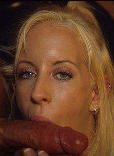 Водитель автобуса по-быстрому трахнул худую блондинку - фото #