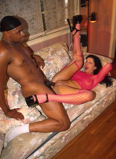 Брюнетка в розовой кофте трахается с негром на диване - фото #