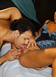 Волосатый мужик вогнал залупу в рот своей любовницы - фото #