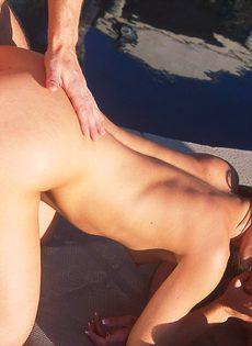 Жена трахается одновременно с мужем и его другом - фото #