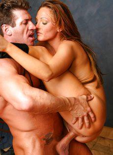 Парень и девушка стоя ласкают друг друга в позе 69 - фото #