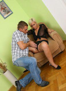 Молодой студент вставил свой член в волосатую щёлку взрослой тетки - фото #